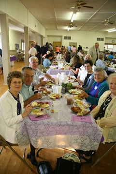 2007BanquetClassOf1957EnjoysDinnerTogether.jpg
